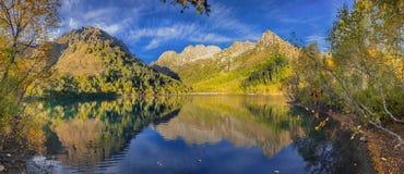 Lago Kardyvach por la tarde del otoño Región de Krasnodar, Rusia Imágenes de archivo libres de regalías