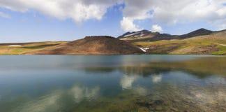 Lago Kari en el montaje Aragats en Armenia Fotos de archivo