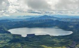 Lago Karymsky da cratera Reserva natural de Kronotsky na península de Kamchatka Foto de Stock Royalty Free