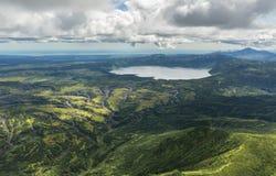 Lago Karymsky del cratere Riserva naturale di Kronotsky sulla penisola di Kamchatka immagine stock