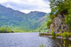 Lago Katrine Katrine Lake en montañas, Escocia Lago hermoso en el centro de la naturaleza y de montañas foto de archivo