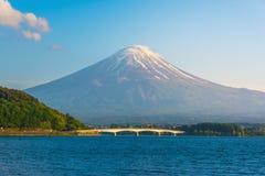 Lago Kawaguchiko com Monte Fuji foto de stock