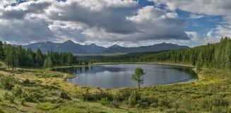 Lago Kidelu mountain en el fondo de montañas y de las FO verdes Foto de archivo