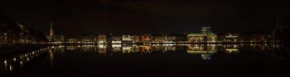 Lago Kleine Alster a Amburgo alla notte Immagini Stock Libere da Diritti