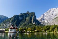 Lago Konigsee di estate con la chiesa di St Bartholomew, alpi, Germania Fotografia Stock