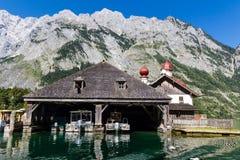 Lago Konigsee di estate con la chiesa di St Bartholomew, alpi, Germania Fotografie Stock Libere da Diritti
