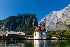 Lago Konigsee di estate con la chiesa di St Bartholomew, alpi, Germania Immagini Stock