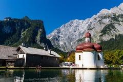 Lago Konigsee di estate con la chiesa di St Bartholomew, alpi, Germania Fotografie Stock
