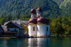 Lago Konigsee di estate con la chiesa di St Bartholomew, alpi, Germania Immagine Stock Libera da Diritti