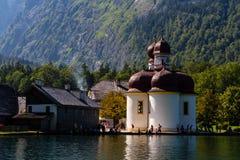 Lago Konigsee di estate con la chiesa di St Bartholomew, alpi, Germania Fotografia Stock Libera da Diritti