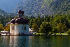 Lago Konigsee di estate con la chiesa di St Bartholomew, alpi, Germania Immagini Stock Libere da Diritti