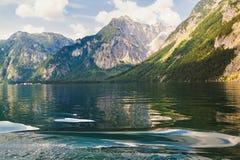 Lago Konigssee con chiara acqua verde e la riflessione Fotografia Stock Libera da Diritti