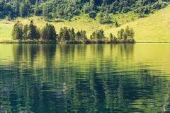 Lago Konigssee con chiara acqua verde e la riflessione Immagini Stock