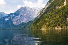 Lago Konigssee con chiara acqua verde e la riflessione Immagine Stock Libera da Diritti