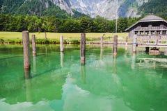Lago Konigssee con chiara acqua verde e la riflessione Parco nazionale di Berchtesgaden Fotografie Stock Libere da Diritti