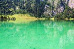 Lago Konigssee con chiara acqua verde e la riflessione Parco nazionale di Berchtesgaden Fotografia Stock
