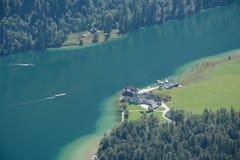 Lago Konigssee e igreja do St Bartholoma Fotos de Stock Royalty Free