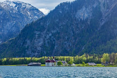 Lago Koningsee y la iglesia de St Bartholomew, Alemania Imagenes de archivo
