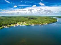 Lago Koronoskie da opinião do olho do ` s do pássaro Ajardine com o porto para veleiros, floresta e céu Fotos de Stock Royalty Free
