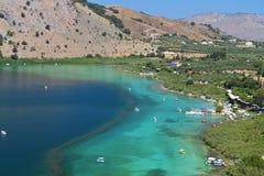Lago Kournas no console de Crete fotografia de stock