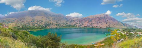 Lago Kournas panorama em Grécia, ilha da Creta fotos de stock royalty free