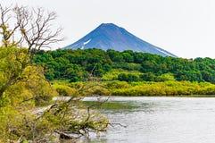 Lago Kurile kamchatka Rússia Campos e vulcões verdes Natureza selvagem foto de stock royalty free