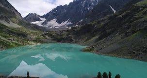 Lago Kuyguk, montañas tiradas aéreas august almacen de metraje de vídeo