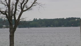 Lago La tempesta sta venendo paesaggio video d archivio