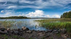 Lago ladoga con panorama pedregoso de la orilla del lago Imagenes de archivo