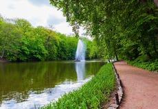 Lago landscape com fonte e estrada Fotografia de Stock Royalty Free