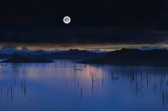 Lago landscape con la Luna Llena Foto de archivo