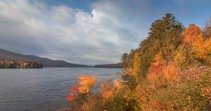 Lago largo, Adirondacks, NY, en la caída rodeado por el follaje colorido brillante imágenes de archivo libres de regalías
