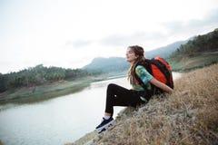 Lago laterale di seduta solo della donna caucasica del ritratto fotografia stock