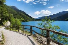 Lago Ledro della montagna e percorso della bici nelle dolomia italiane Immagine Stock Libera da Diritti