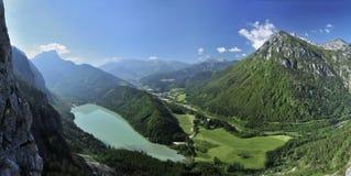 Lago Leopoldsteiner y montañas de Eisenerz Imagen de archivo