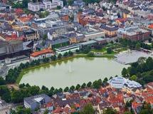 Lago Lille Lungengardsvannet en el centro de la ciudad Bergen, N Foto de archivo
