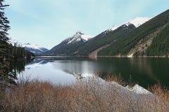Lago Lillooet no pé da montanha Fotos de Stock