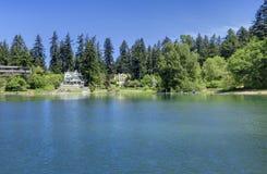 Lago lleno de grava de la costa del lago en Lakewood, WA. Imagen de archivo