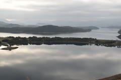 Lago longe da cidade fotos de stock royalty free