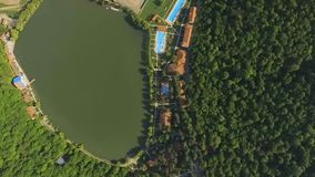 Lago Lopota e recurso luxuoso com opinião aérea das associações, região de Kakheti, Geórgia video estoque