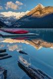 Lago Louise Canoes en la salida del sol Imagenes de archivo