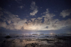 Lago a lua do céu noturno foto de stock