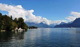 Lago Lucerna sotto cielo blu Fotografia Stock Libera da Diritti
