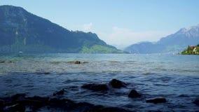 Lago Lucerna in Svizzera contro il contesto delle montagne alpine video d archivio