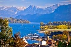 Lago Lucerna y opinión alpina de los picos imagenes de archivo