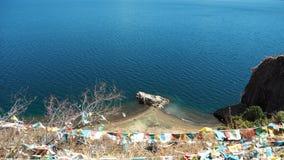 Lago Lugu con la bandiera religiosa fotografia stock