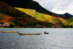 Lago Lugu, a pérola do platô foto de stock royalty free