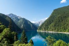 Lago lungo, uno di molti laghi famosi in Jiuzhaigou durante il mese di luglio Fotografia Stock
