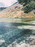 Lago mágico Mutlinskoe nas montanhas de Altai Rússia Em setembro de 2018 foto de stock