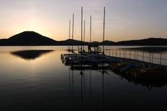 Lago Macha con catamaranes y barcos de un pedal en el amanecer imagen de archivo libre de regalías